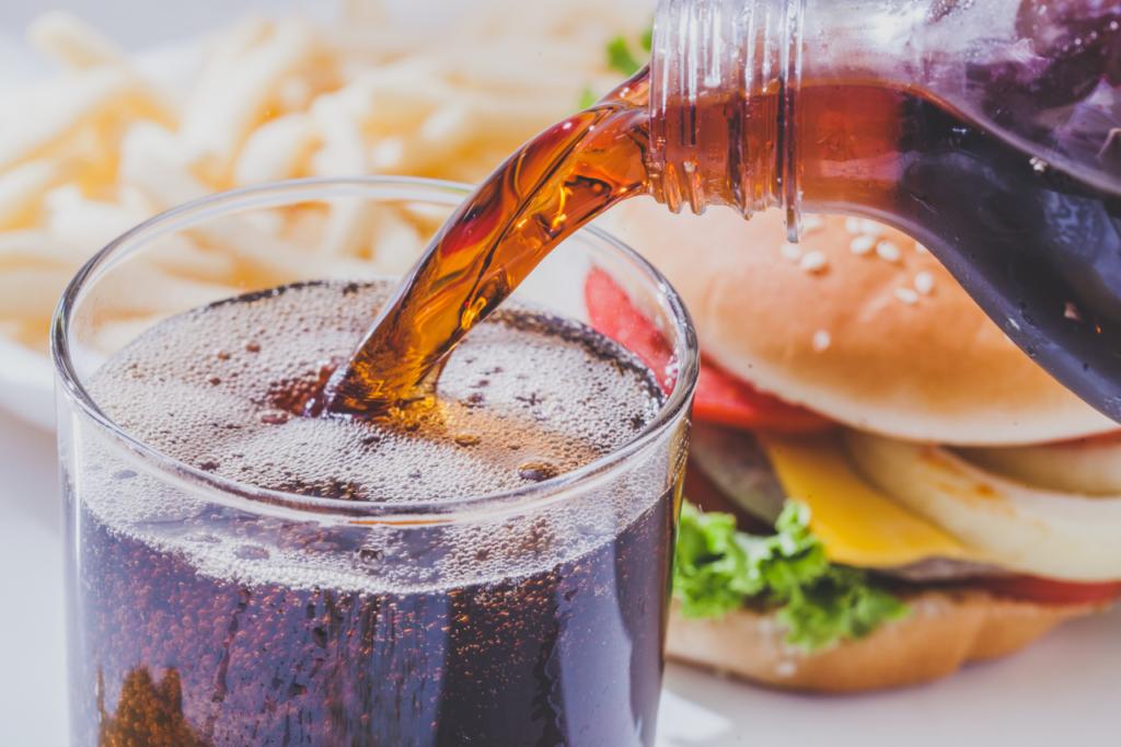 alkohol und softdrinks enthalten viele kalorien